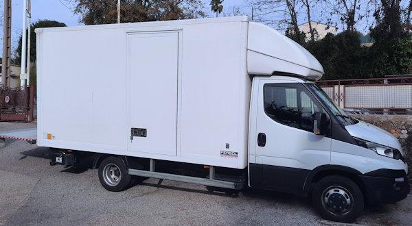 Utilitaire 23 m3 IVECO 35C15 avec hayon en location à Nice